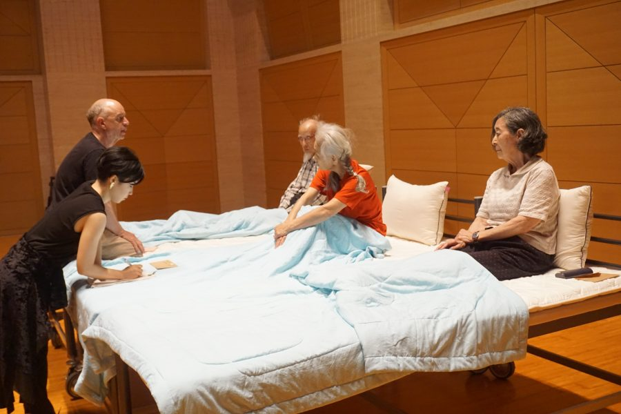 3 beds with actors and a director